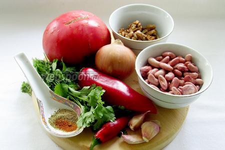 Для приготовления лобио потребуются: красная фасоль, грецкие орехи, лук, кинза, перец острый, перец болгарский (по желанию), чеснок, смесь специй, помидор, растительное масло, лавровый лист.