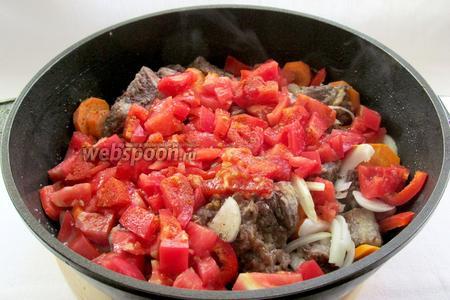 Помидоры очистить от кожицы и мелко нарезать. Добавить к мясу с овощами. Если помидоры кислые, то не помешает и щепотка сахара, но я использовала очень сладкий сорт помидор. Ещё чуть -чуть посолить и поперчить.
