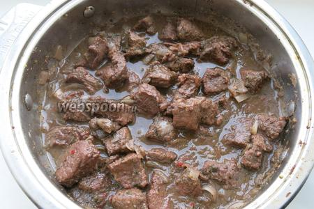 Добавляем вино. Тушим мясо до готовности под крышкой. Подаем с овощами. Приятного аппетита!