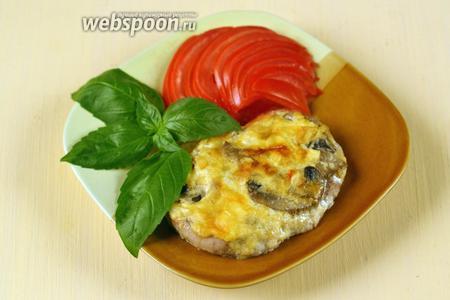 Подаем свинину «Боярскую» со свежими овощами, при желании с любым гарниром.