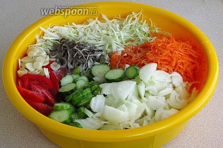 Подготовленные овощи поместить в большой таз и посыпать молотым перцем и солью.