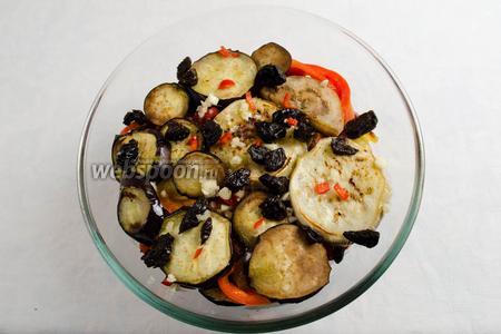 Последним слоем выложить баклажаны, посыпанные чесноком, перцем горьким и душистым.