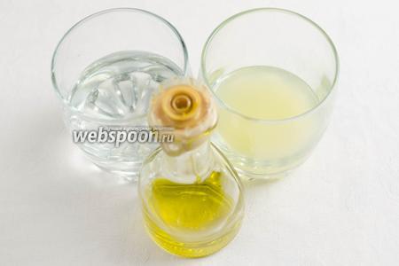 Приготовить соус: взять сок одного-двух лимонов (это зависит от количества овощей и посуды для маринада), воду, масло оливковое (можно взять любое ароматное масло по вкусу), кориандр молотый.