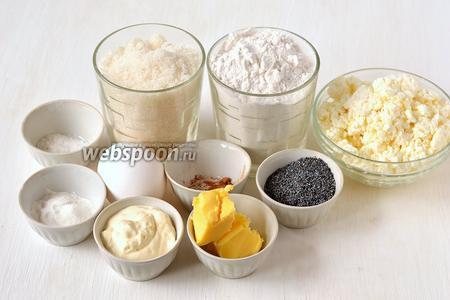 Для приготовления сырников в сметанно-маковой заливке нам понадобится творог, сахар, ванильный сахар, яйца куриные, разрыхлитель, мак, корица, сметана, сливочное масло, соль.