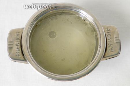 Соединяем в кастрюле воду, подсолнечное масло, соль, сахар и доводим до кипения, сахар должен полностью расствориться. В конце добавляем уксус.