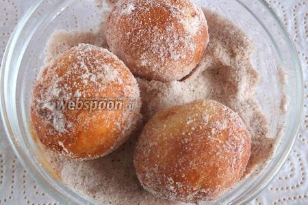 Затем обваляйте в смеси сахарной пудры и корицы.