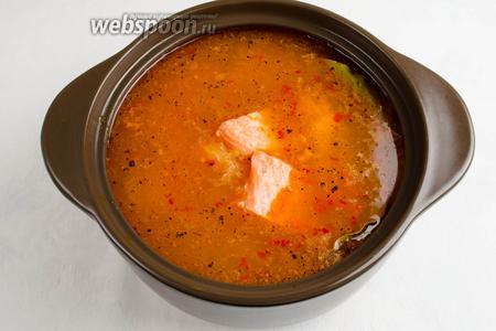 Филе сёмги промыть. Обсушить. Нарезать на порционные куски. Опустить в рассольник. Варить 15 минут. Попробовать на соль. Посолить по вкусу (не забудьте, что огурцы и рассол отдали свою соль супу).