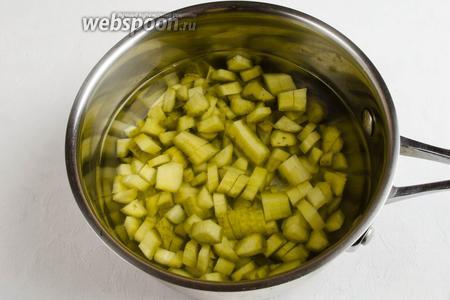 Огурцы соленые нарезать кубиком. Залить 400 мл кипячёной воды. Варить до мягкости на слабом огне в течение 20 минут.