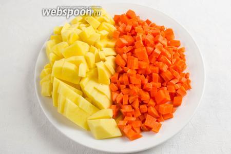 Картофель и морковь вымыть, очистить, нарезать кубиком.