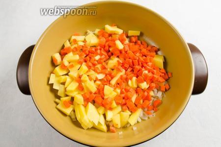 К луку выложить остальные овощи. Тушить на медленном огне в течение 10 минут, помешивая.
