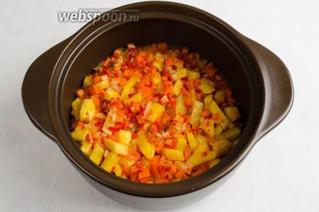 Овощи выложить в кастрюлю.