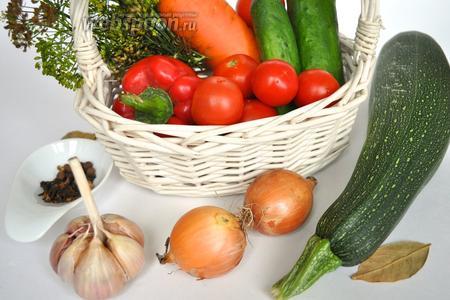 Для этого рецепта желательно подобрать все овощи одного диаметра, чтобы их удобно было укладывать в банки и чередовать по цвету, помидоры надо брать мелкие.  Рассол будем готовить из расчёта на 1 литр воды.