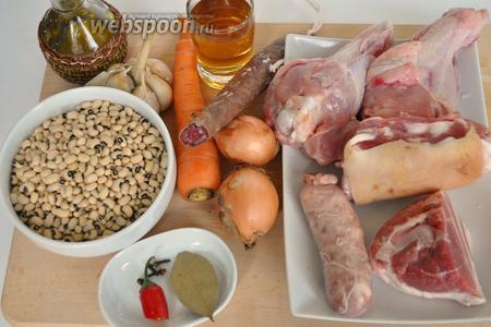 Для кассуле нужно несколько видов мяса, острые колбаски, у меня чоризо, для аромата, колбаски свиные сырые, специи, овощи и фасоль. Фасоль надо замочить не менее чем на 6 часов, и отварить до полуготовности. Я использовала фасоль, которая не требует предварительного замачивания.