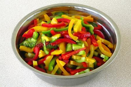 Плоды перца тщательно вымыть, разрезать пополам, удалить сеняносцы с семенами, а затем каждую половинку нашинковать тонкой соломкой.
