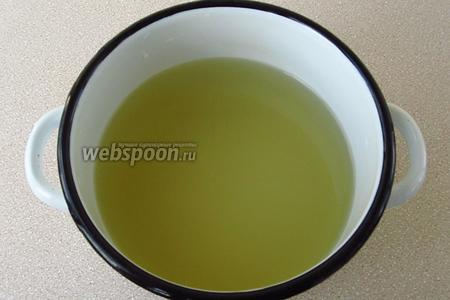 Воду вскипятить, положить в нее соль, мёд, снова довести до кипения и влить яблочный уксус.