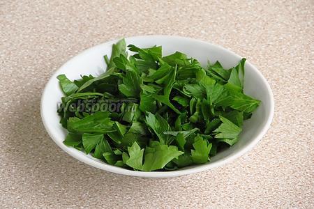 Зелень петрушки вымыть в проточной воде, обсушить и порубить.