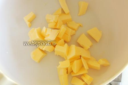Нарежем масло на куски величиной 2-3 см.