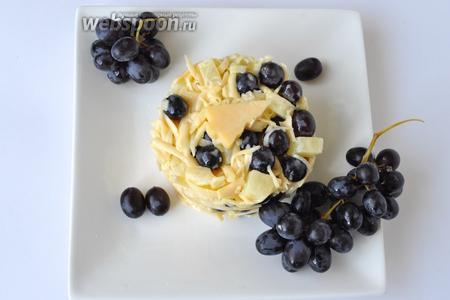 С помощью сервировочного кольца выложить салат на тарелку и украсить ёлочкой из сыра и подавать.