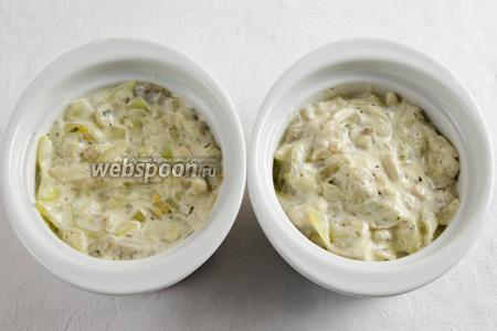 Разложить овощной жульен в кокотницы (керамические формы).