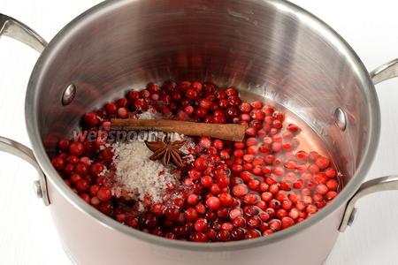 Выложить ягоды в кастрюлю. Добавить палочку корицы и звёздочку бадьяна, сахар, вино, соль.