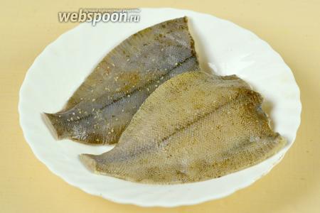 Камбалу очищаем, срезаем плавники и хвост, натираем солью, посыпаем специями для рыбы из мельнички или по отдельности (розмарин, тимьян, белая горчица и белый перец, лимонная цедра), оставляем мариноваться на время приготовления других ингредиентов.
