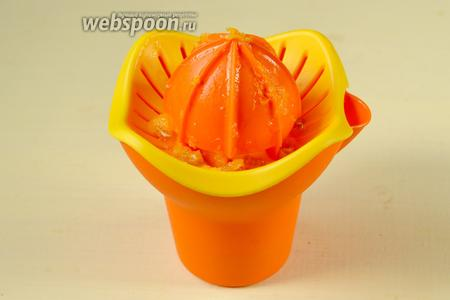 Выжимаем из апельсинов сок.