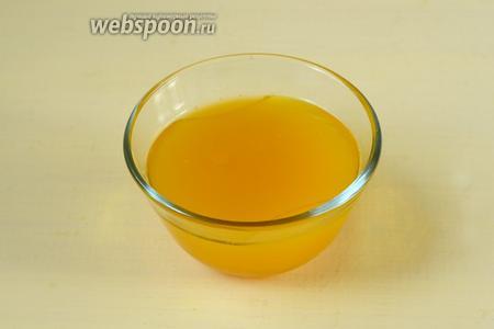 Для маринада смешиваем апельсиновый сок, вино и оливковое масло.