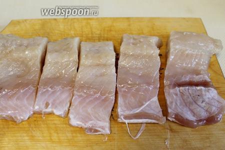 Филе хорошо промыть, осушить и нарезать на порционные кусочки.