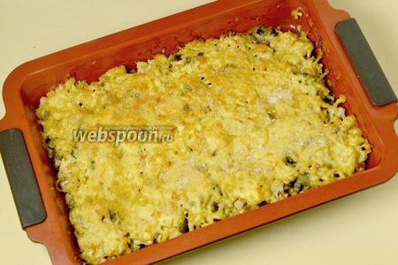 Гратен подаём горячим, выкладывая из формы в порционные тарелки, прихватив лопаточкой сразу и сочную часть, и корочку.