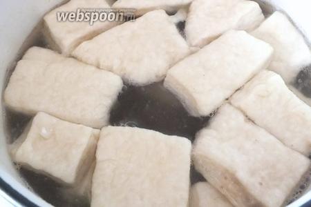 Вновь доведите до кипения бульон и варите кусочки теста в течение 4-6 минут, не больше. Когда тесто надулось и вокруг появилась белая пенка — можно вынимать. Варите порциями по 10-12 штук.
