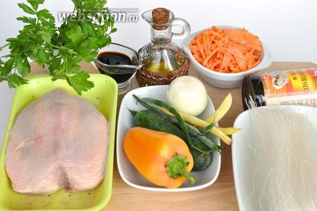 Для приготвления необходимо: куриная грудка, овощи, фунчоза, два соуса соевый и устричный, соль, чеснок, имбирь молотый, но лучше взять свежий кусочек размером с половину ореха, растительное масло, зелень, перец.