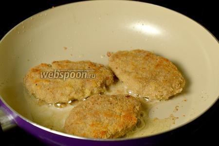 Выкладываем на сковороду с разогретым маслом и обжариваем до готовности с двух сторон. При обжарке шницели становятся более пышными, и при нажатии из готового шницеля выделяется прозрачный сок. Подаём с любым гарниром для мясных блюд.