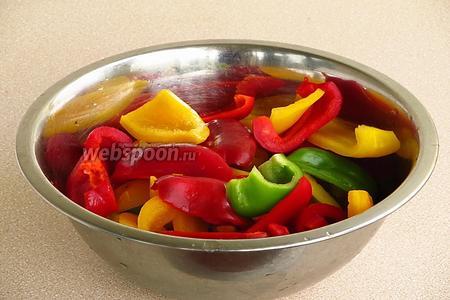 Стручки сладкого перца вымыть, очистить от плодоножек и семяносцев с семенами, после чего разрезать на 4 части.