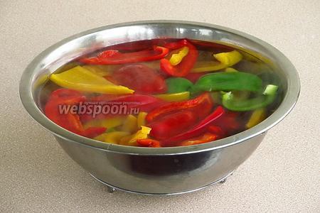 Перец залить горячей водой и оставить на 1–2 минуты, а затем охладить.