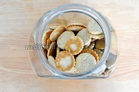 Переложить печенье в банку и можно хранить более 6 месяцев. Печенья выходит два листа.