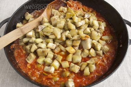 Ломтики баклажанов обжарить на отдельной сковородке с добавлением 2 ст. л. оливкового масла до лёгкого румянца. Добавить баклажаны в общую массу.