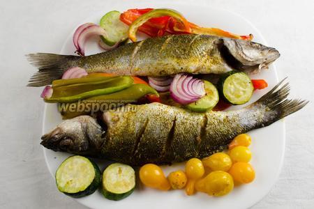 Готовую рыбу аккуратно вынуть. Разложить вокруг неё печеные овощи. Подавать к обеду или ужину.