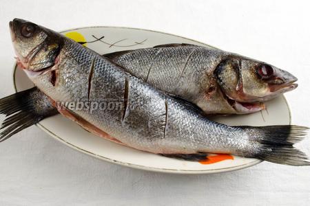 На спинке рыбы сделать легкие неглубокие надрезы.