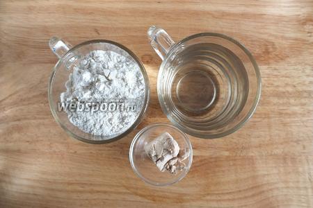 Подготовьте ингредиенты для опары: пшеничную муку, живые дрожжи, воду температурой 37°C.