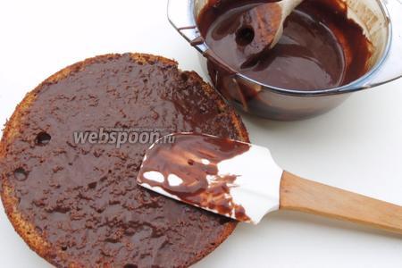 Прилегающую поверхность  к торту 2-го бисквита обильно смажем глазурью. Отправим в холодильник для подсыхания.