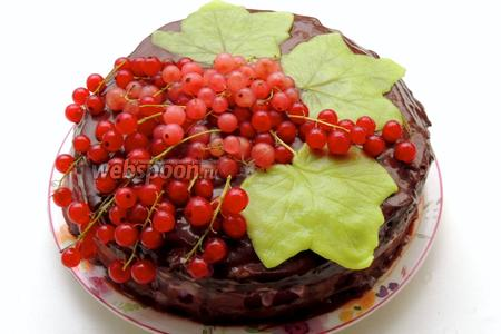 Украшаем торт листами марципана и выкладываем смородину. Торт хранится только в холодильнике. Приятного аппетита!