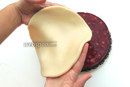 Торт освободим из кольца формы. Kладём сверху желе круг марципана.