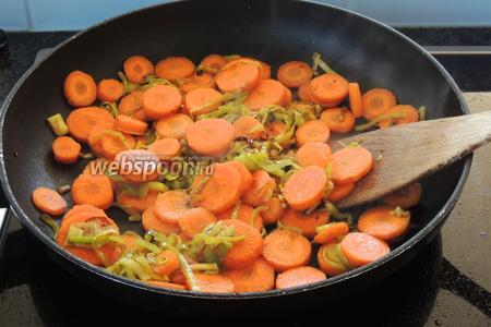 Добавим очищенную и нарезанную кружками толщиной по 0,3 см морковь.