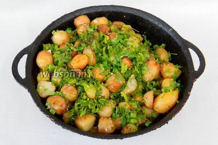 Пробуем картофель на готовность. Если он легко прокалывается, добавляем зелень, накрываем крышкой и выключаем огонь. Даём постоять 10 минут.