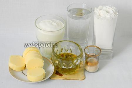 Для приготовления универсального теста возьмём муку, дрожжи, воду, сметану, масло сливочное, масло подсолнечное, сахар, соль.