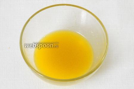 Для заправки чеснок пропускаем через пресс и добавляем оливковое масло, сок лимона. Слегка взбиваем, он должен посветлеть.