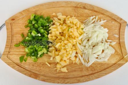 Приготовим начинку. Лук, патиссон и перец болгарский нарезать мелко.