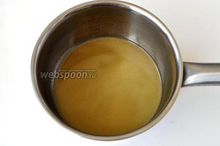 Слить в сотейник соус от перепелов, добавить вустершерский соус, красное вино и мёд. Уваривать до загустения.