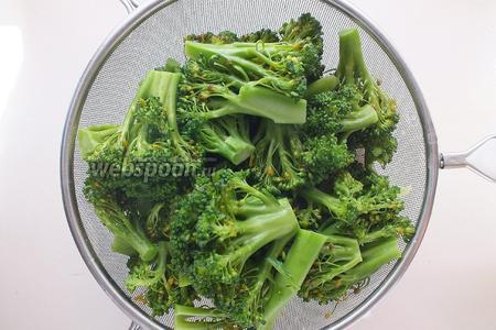 Отварите брокколи в кипящей подсоленной воде в течение 1,5 минут. Откиньте на сито и промойте холодной водой. Если вы используете замороженную брокколи, то её можно не отваривать.