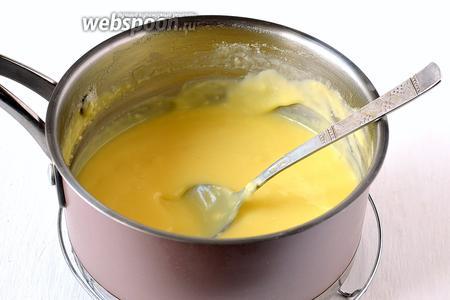 Снять ковшик с водяной бани и охладить, помешивая.